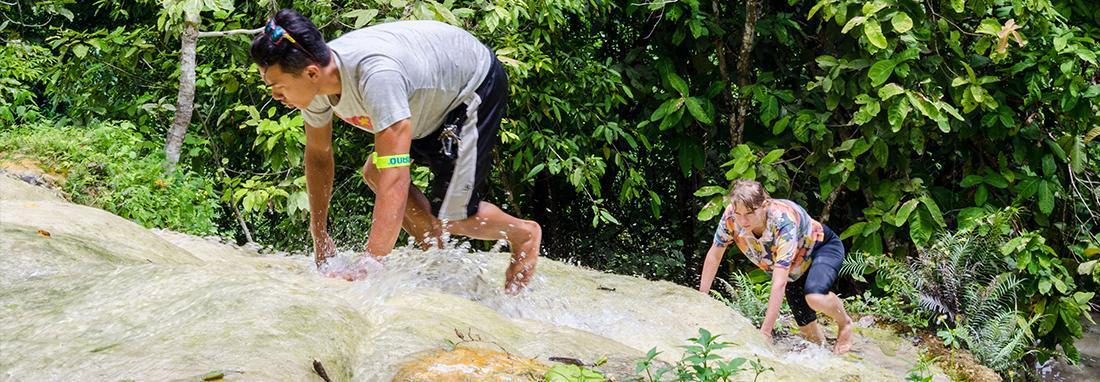 آبشاری چسبنده در تایلند ؛ با پای برهنه صخره نوردی کنید