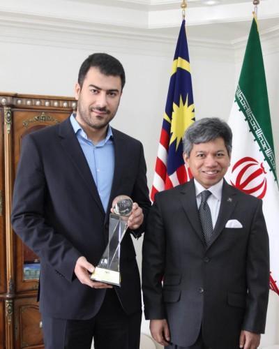 خبرنگاران و دریافت جایزه بهترین کارگزار غرب آسیا از دستان سفیر مالزی