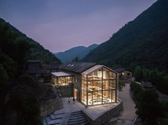 تصاویر ، هتل - کتابخانه ای با دیوار شیشه ای در دل جنگل